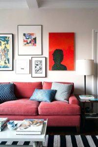 tavelvägg rosa soffa
