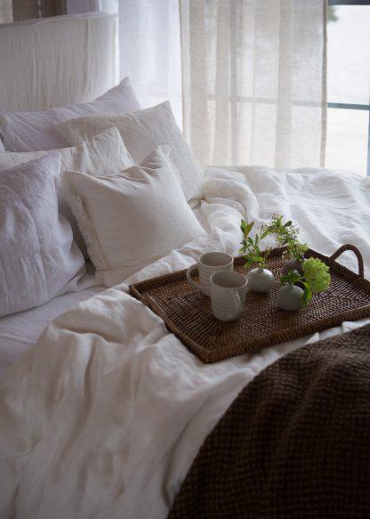 vit kudde med fransar lya lin